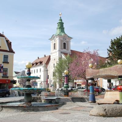 DSC_1525_Hauptplatz_HundertwasserBrunnen